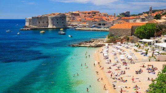 Sur quelle île française mettre le cap pour faire du camping ?